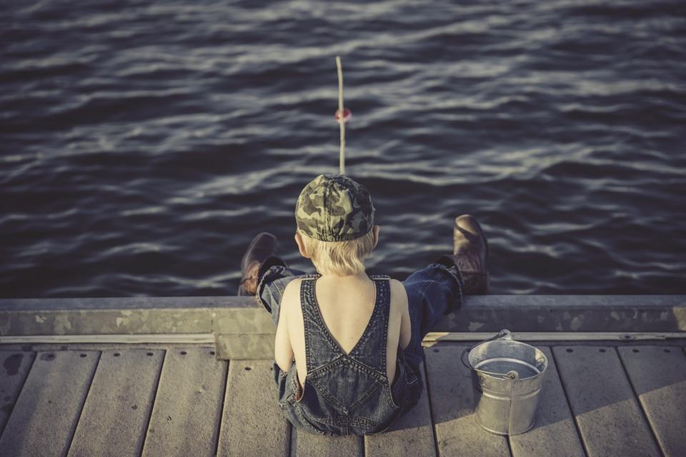 dítě u vody