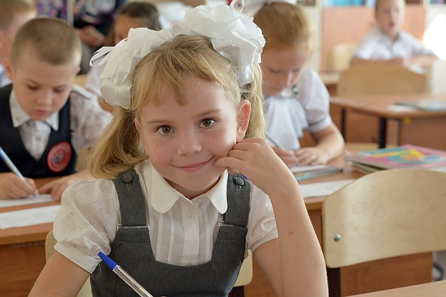 školačka s mašlí