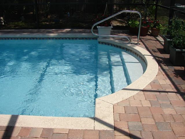 kovové zábradlí u bazénu