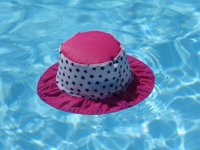dětský klobouk na hladině