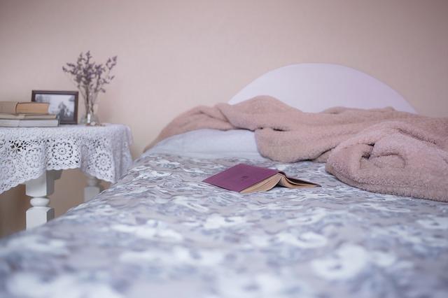 deka na posteli