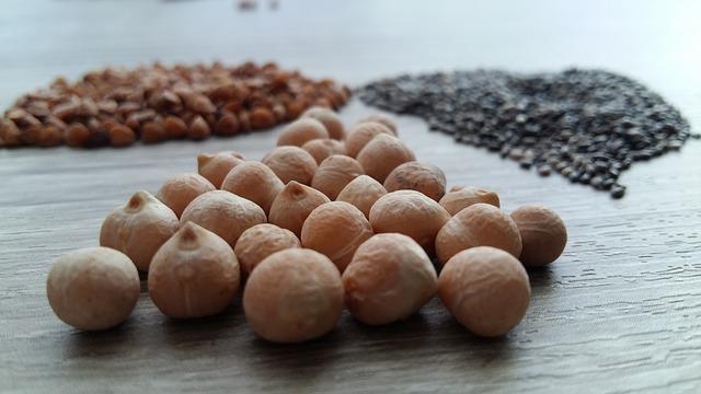 Tři hromádky semínek na stole