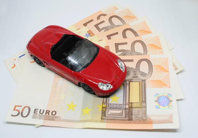 červené autíčko na euro bankovkách